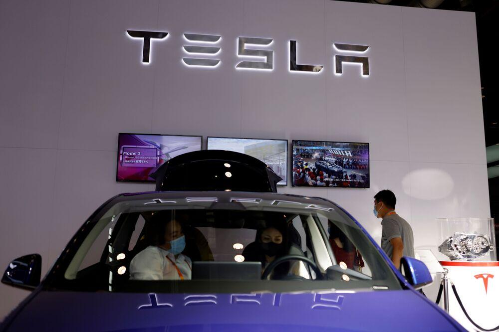 زوار يختبرون سيارة تسلا Tesla Model Y electric vehicle (EV)  في المهرجان الاقتصادي الصيني الدولي CIFTIS 2021 في بكين، الصين 4 سبتمبر 2021