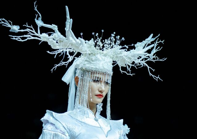 عرض أزياء مجموعة ربيع/ صيف عام 2022 للمصمم الصيني Jingyi  في إطار عرض أسبوع الموضة في بكين، الصين 5 سبتمبر 2021
