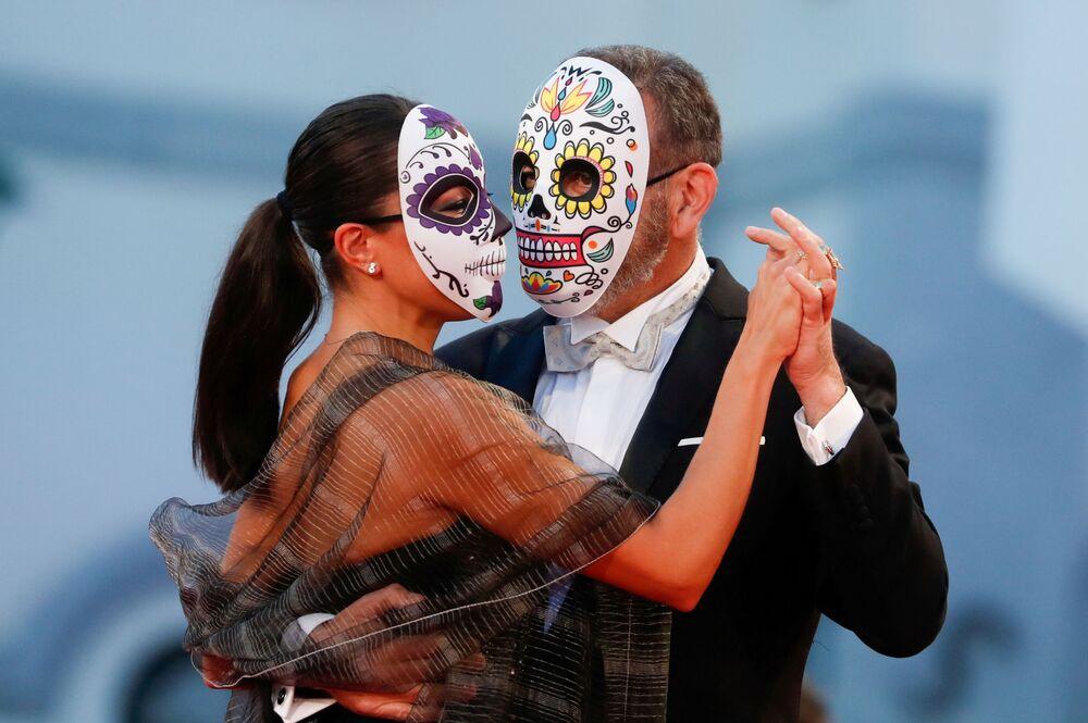 الممثل هيرنان ميندوزا وشريكته أليخاندرا برينتشينو في مهرجان البندقية السينمائي في دورته الـ 78، فينيسيا (البندقية) إيطاليا 6 سبتمبر 2021