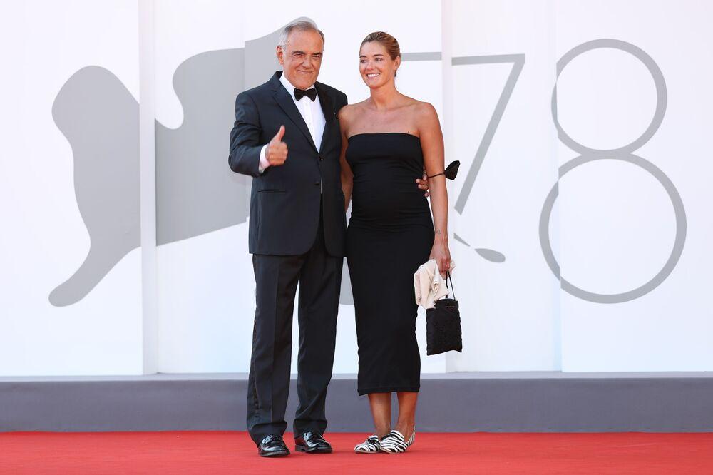 مدير مهرجان البندقية السينمائي في دورته الـ 78، ألبيرتو باربيرا وزوجته جوليا روزمارين، فينيسيا (البندقية) إيطاليا 6 سبتمبر 2021
