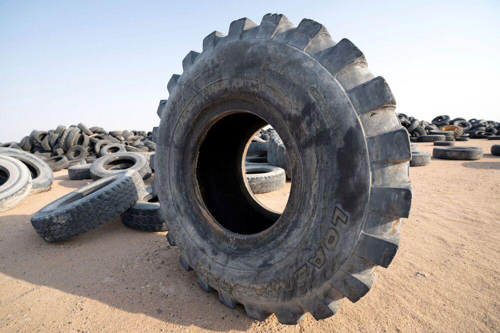 مقبرة للإطارات التالفة في منطقة السالمي، الكويت، 4 سبتمبر 2021