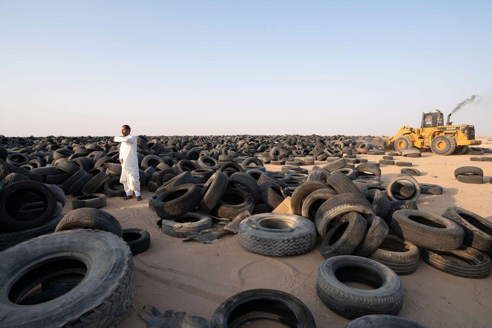 المقاول السوري، إبراهيم كمال، يدير رافعة شوكية أمام مصنع لإعادة تدوير الإطارات في منطقة السالمي، الكويت 4 سبتمبر 2021