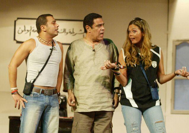 الفنان المصري، سامي العدل، يتوسط الفنانة إيمي والفنان محمد نجاتي في أحد الأعمال المسرحية