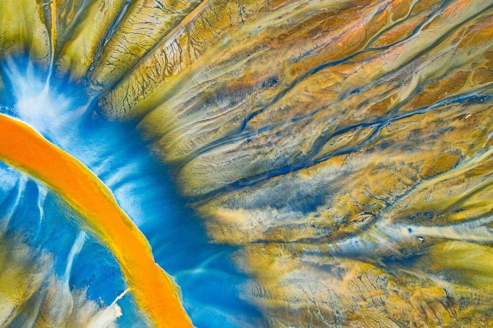 صورة بعنوان النهر المسمم، للمصور غيورغي بوبا، الفائز بالمركز الأول في فئة التصوير التجريدي من مسابقة التصوير بواسطة الدرون لعام 2021