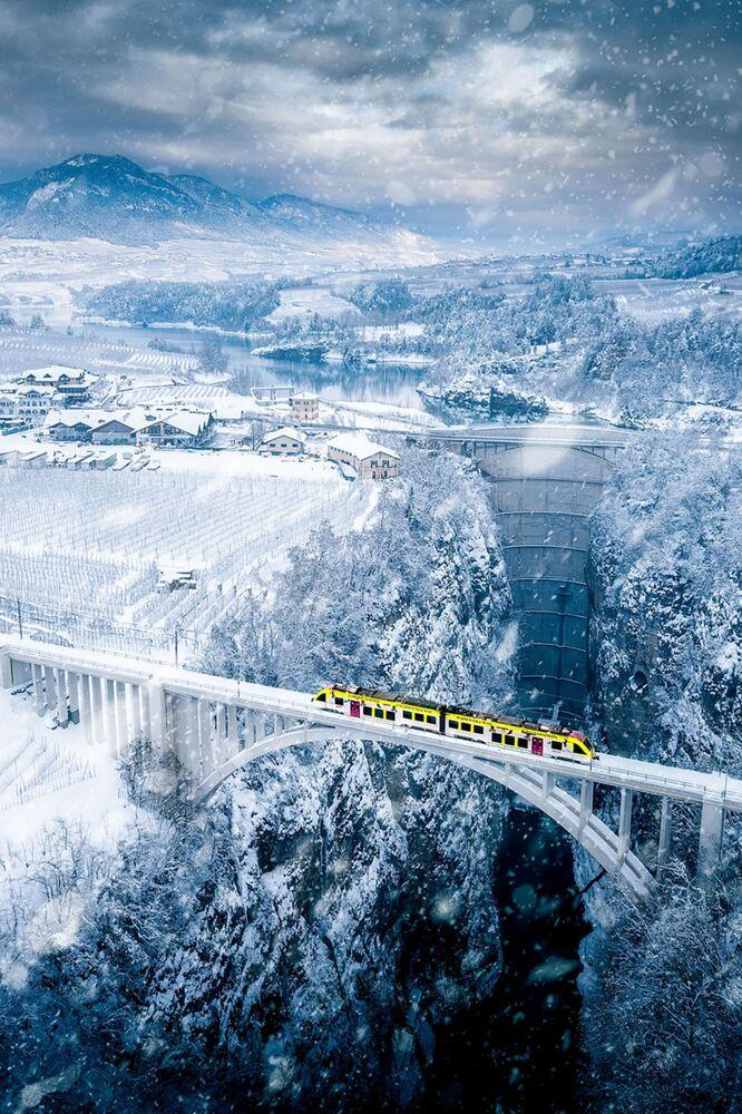 صورة بعنوان الجسر المعلق، للمصور باولو كروسيتا، الحائز على تقدير عالي في فئة الحضاري من مسابقة التصوير بواسطة الدرون لعام 2021