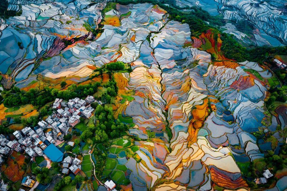 صورة بعنوان مدرجات ديوويشو في الصين، للمصور ران تيان، الحائز على تقدير عالي في فئة التصوير التجريدي من مسابقة التصوير بواسطة الدرون لعام 2021