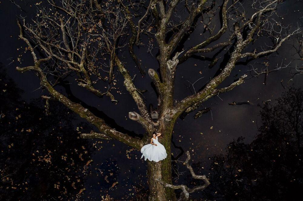 صورة بعنوان العروس الطبيعية، للمصور كرزيستسوف كراوتسيك، الفائز بالمركز الأول في فئة الزفاف من مسابقة التصوير بواسطة الدرون لعام 2021