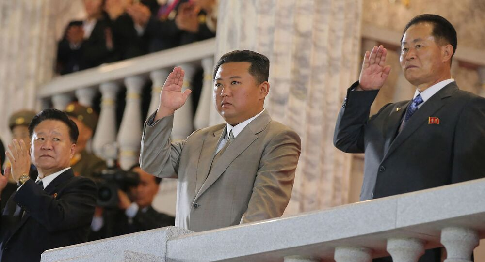 زعيم كوريا الشمالية كيم جونغ أون يشهد عرضا عسكريا بمناسبة ذكرى تأسيس الجمهورية