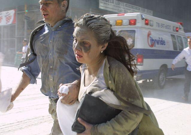 أشخاص يهربون من موقع الهجوم الإرهابي في برجي التوأم المركز التجاري في مدينة نيويورك، الولايات المتحدة الأمريكية 11 سبتمبر 2001