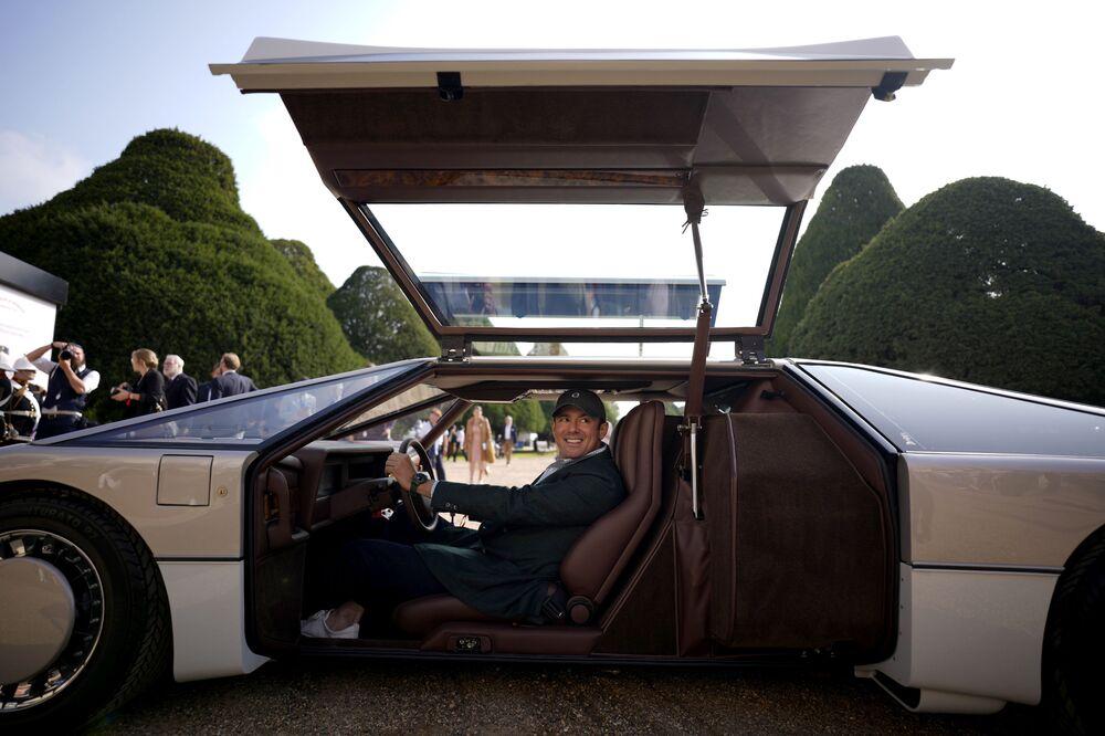 يقف صاحب السيارة ورجل الأعمال الأمريكي فيليب ساروفيم، الأصل من تكساس، لالتقاط صورة مع سيارته أستون مارتن بولدوغ، بعد كشف الستار عن سيارة أستون مارتن بولدوغ، عام 1979، وهي الوحيدة من نوعها على الإطلاق، وذلك بعد ترميمها بعد أن ظلت خامدة لمدة 35 عامًا، في قصر هامبتون كورت جنوب غرب لندن، إنجلترا 3 سبتمبر 2021