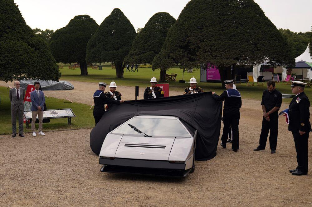 كشف الستار عن سيارة أستون مارتن بولدوغ، عام 1979، وهي الوحيدة من نوعها على الإطلاق، وذلك بعد ترميمها بعد أن ظلت خامدة لمدة 35 عامًا، في قصر هامبتون كورت جنوب غرب لندن، إنجلترا 3 سبتمبر 2021