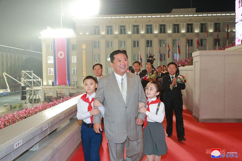 صورة نشرتها وكالة الأنباء المركزية الكورية الرسمية، وتظهر الزعيم الكوري الشمالي كيم جونغ أون يشارك في عرض عسكري للاحتفال بالذكرى الـ 73 لتأسيسها