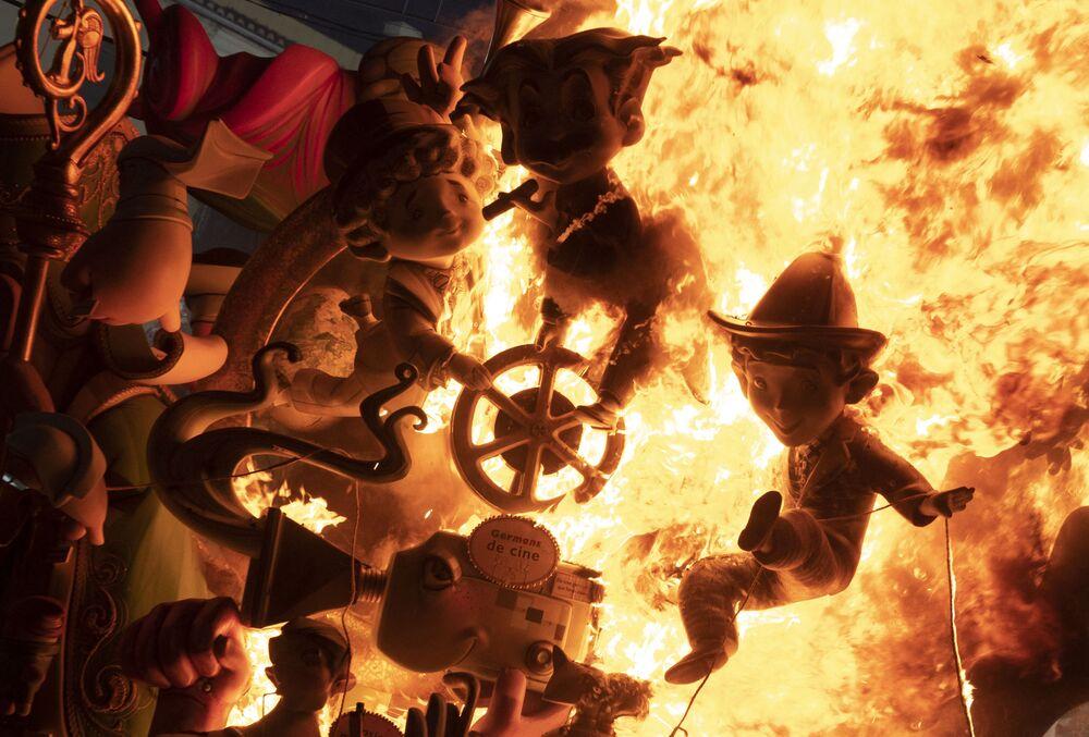 مجموعة من نينوتس (Ninots: تماثيل من الورق المقوى) تحترق في أحد التركيبات الخاصة بمهرجان فالاس في فالنسيا، إسبانيا 5 سبتمبر 2021