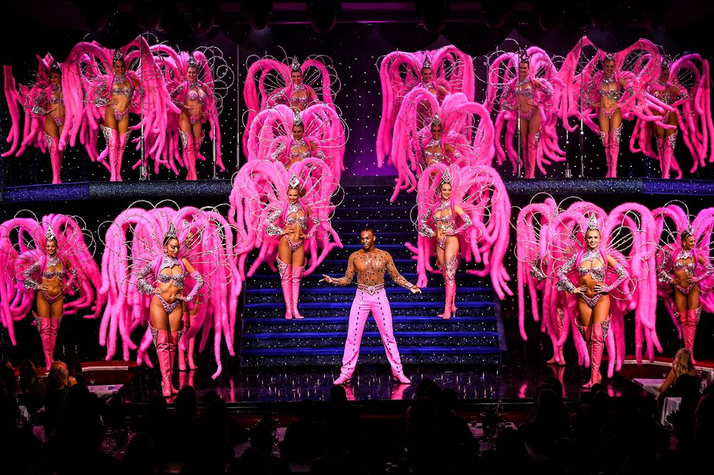 أداء راقصو مولان روج على خشبة المسرح خلال بروفة كاملة في مولان روج في باريس، 8 سبتمبر 2021 ، قبل يومين من إعادة فتح الملهى بعد إغلاق دام 18 شهرًا وسط جائحة كوفيد-19.