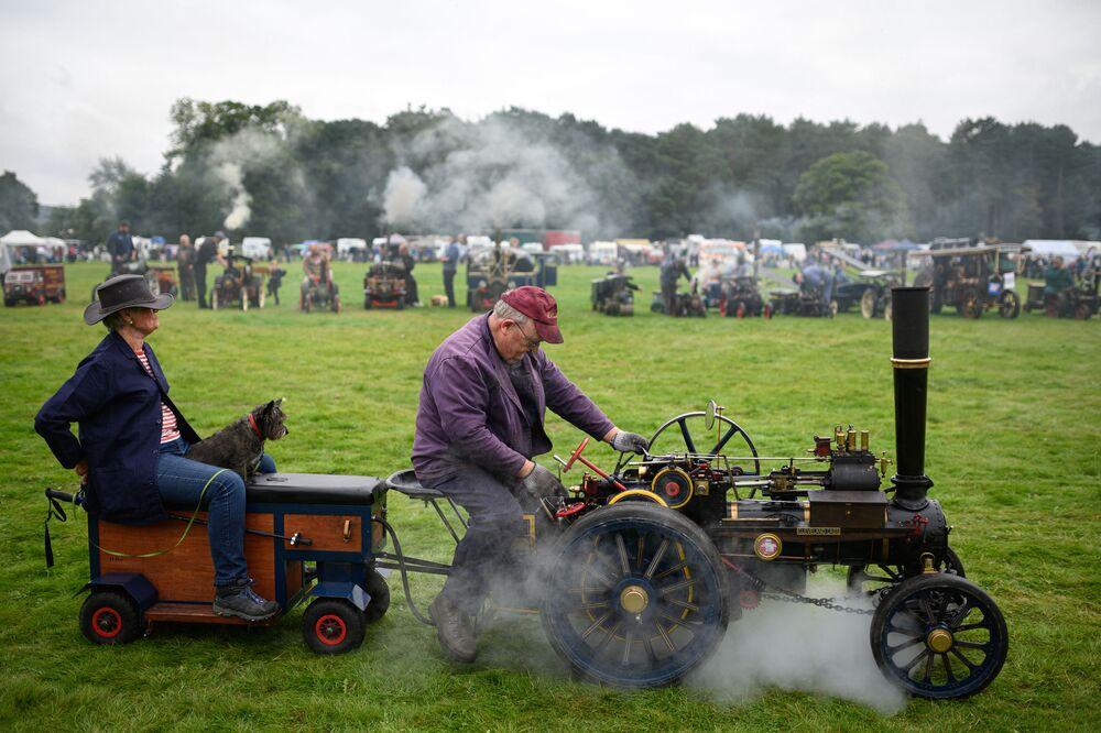 رجل يقود محركه البخاري المصغر في الساحة الرئيسية لسباق يوركشاير تراكشون إنجين رالي (Yorkshire Traction Engine Rally) الذي أقيم في أراضي سكامبستون هال، في مالتون، بالقرب من يورك، شمال إنجلترا في 4 سبتمبر 2021