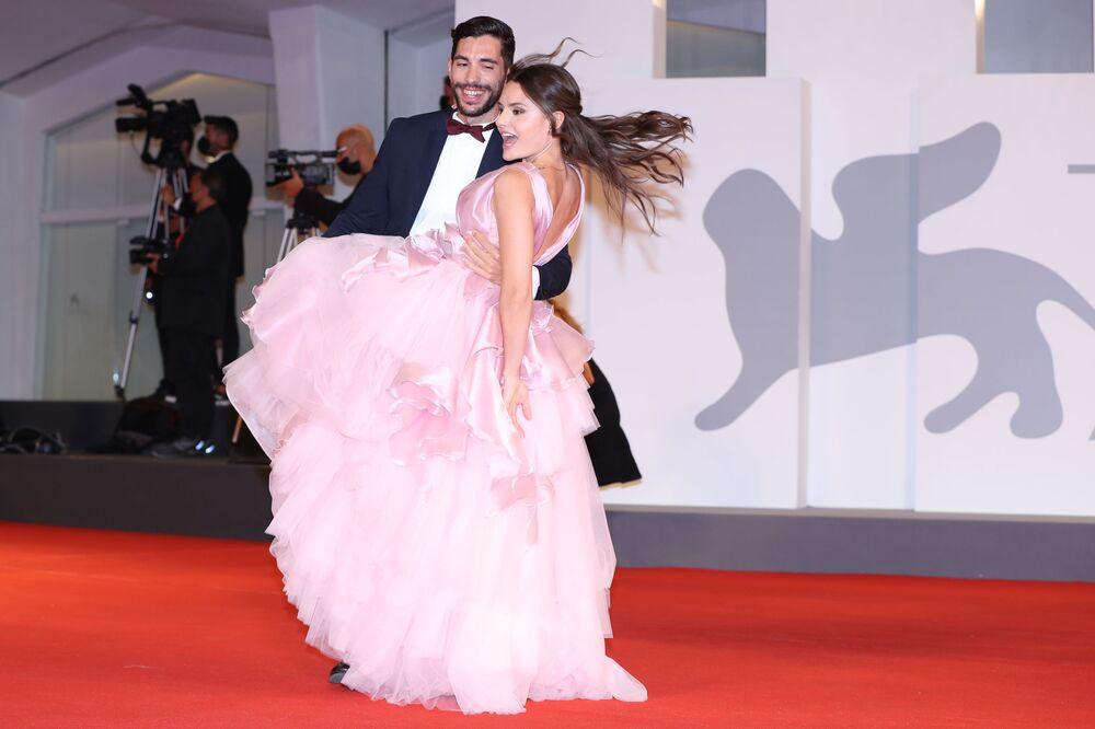 الممثلة مارينا فالديمورو ماينو ورفيقها سالفاتور دوتشكاماليا على السجادة الحمراء للموناليزا والقمر الدموي في مهرجان البندقية السينمائي الدولي الـ78، إيطاليا 5 سبتمبر 2021