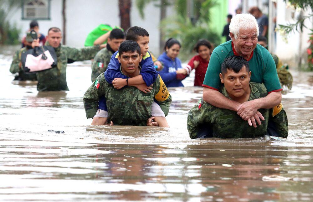 أفراد من الجيش المكسيكي ينقذون الأشخاص الذين حوصروا في منازل غمرتها المياه بعد هطول أمطار غزيرة في تلاكيباك، بولاية خاليسكو، المكسيك، 3 سبتمبر 2021