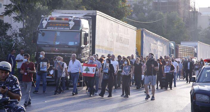 أهالي ضحايا مرفأ بيروت يغلقون مدخل البوابة رقم 9 من المرفأ، لبنان 13 سبتمبر 2021