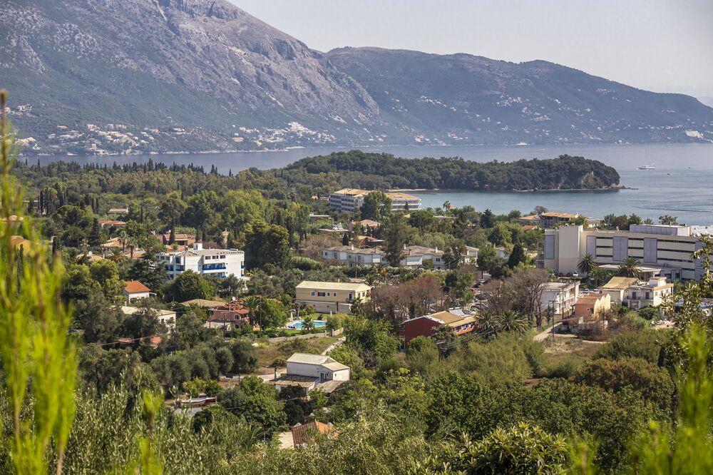 منظر يطل على مدينة كيركيرا على جزيرة كورفو، اليونان