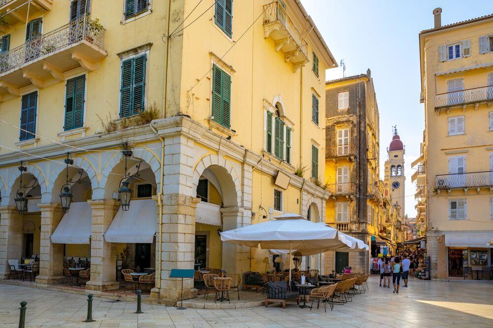 شارع وبرج جرس لكنيسة القديس سبيريدون في مدينة كورفو، اليونان