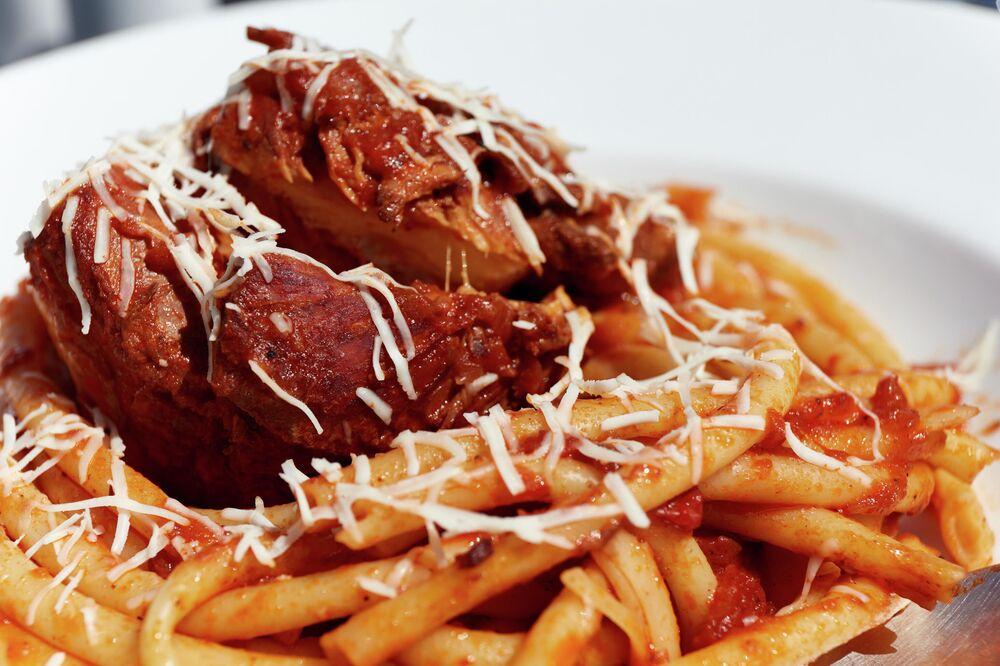 طبق باستيتسادا، من لحم العجل مع صلصة مرّة أو حلوة