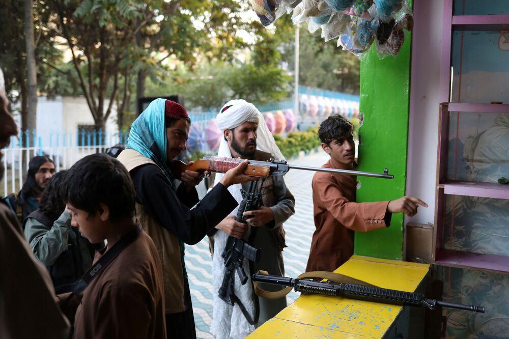 مسلحون من طالبان يمرحون في أحد المتنزهات الترفيهية في مدينة كابول، أفغانستان، 8 سبتمبر 2021
