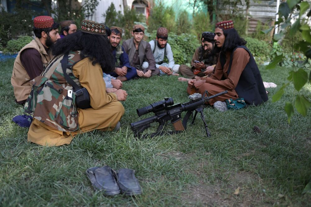 مسلحون من طالبان يجلسون على العشب في أحد المتنزهات الترفيهية في مدينة كابول، أفغانستان، 13 سبتمبر 2021