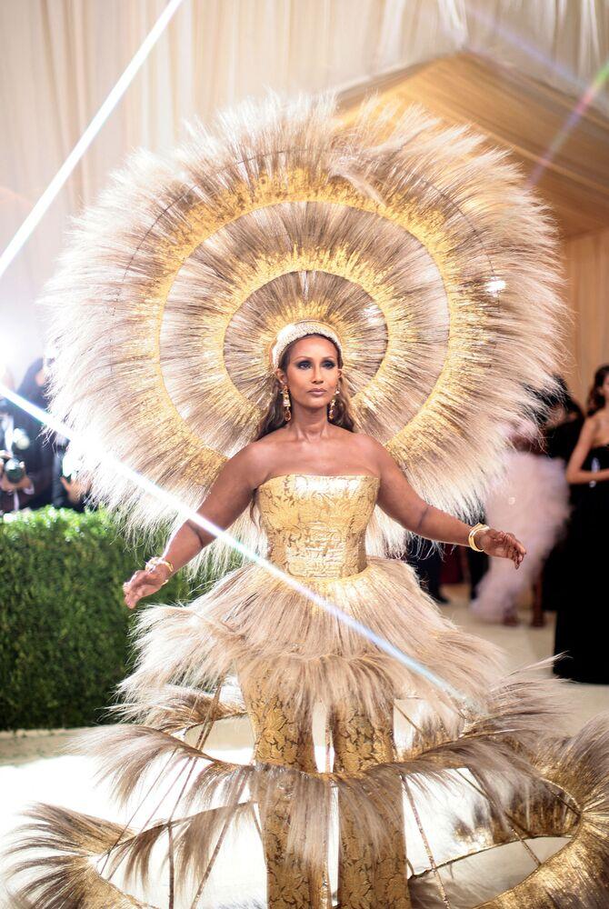 عارضة الأزياء الأمريكية من أصول صومالية إيمان (Iman ) خلال حفل ممتحف متروبوليتان للفن في تصميم الأزياء، خلال مراسم احتفالية بافتتاح معرض في أمريكا: معجم الموضة في مدينة نيويورك، الولايات المتحدة، 13 سبتمبر 2021