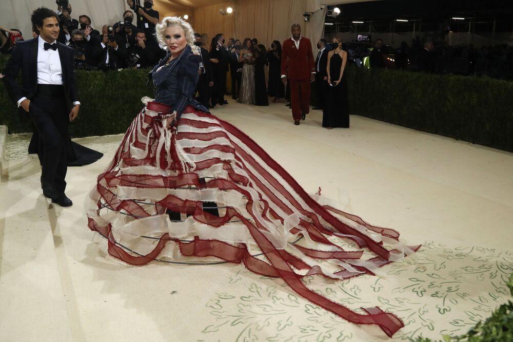 مصمم أزياء الأمريكي زاك بوزين والمغنية والممثلة الأمريكية ديبورا هاري خلال حفل ممتحف متروبوليتان للفن في تصميم الأزياء، خلال مراسم احتفالية بافتتاح معرض في أمريكا: معجم الموضة في مدينة نيويورك، الولايات المتحدة، 13 سبتمبر 2021