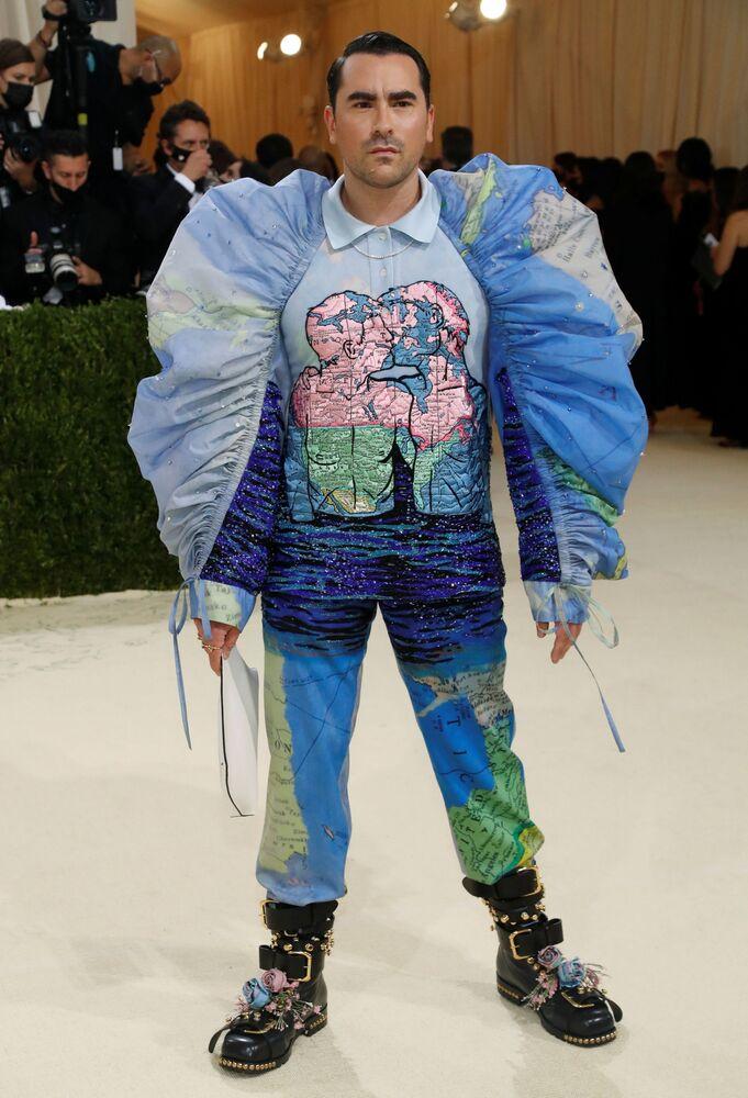 الممثل الأمريكي دان ليفي خلال حفل ممتحف متروبوليتان للفن في تصميم الأزياء، خلال مراسم احتفالية بافتتاح معرض في أمريكا: معجم الموضة في مدينة نيويورك، الولايات المتحدة، 13 سبتمبر 2021