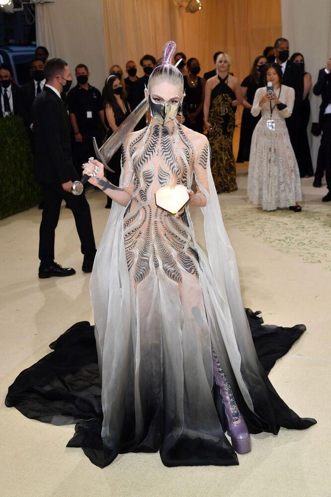 المغنية الكندية غرايمز (Grimes) خلال حفل ممتحف متروبوليتان للفن في تصميم الأزياء، خلال مراسم احتفالية بافتتاح معرض في أمريكا: معجم الموضة في مدينة نيويورك، الولايات المتحدة، 13 سبتمبر 2021