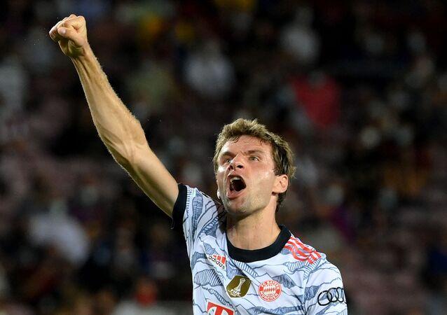 توماس مولر لاعب بايرن ميونيخ الألماني خلال مباراة برشلونة بدوري أبطال أوروبا