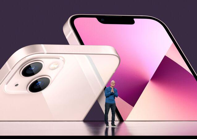 المدير العام لشركة آبل تيم كوك يكشف الستار عن أيفون 13 الجديد ونسخ مطورة من أيباد في أبل بارك في كوبيرتينو، كاليفورنيا، 14 سبتمبر 2021