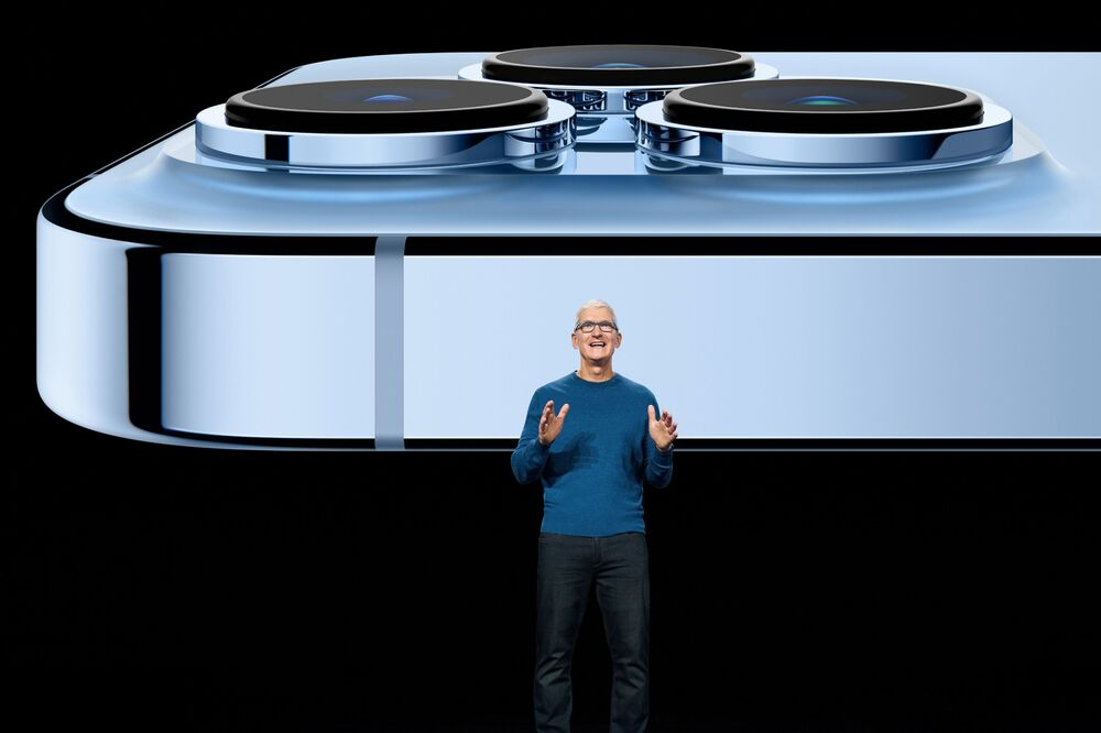المدير العام لشركة آبل تيم كوك يكشف الستار عن أيفون 13 برو الجديد في أبل بارك في كوبيرتينو، كاليفورنيا، 14 سبتمبر 2021