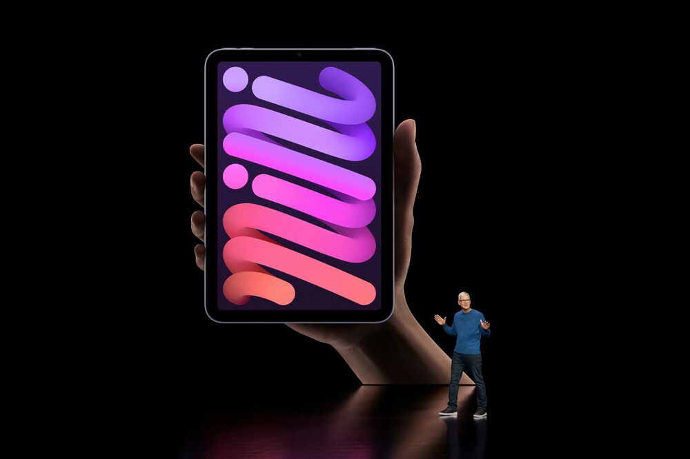 المدير العام لشركة آبل تيم كوك يكشف الستار عن نسخة مطورة من أيباد نيني في أبل بارك في كوبيرتينو، كاليفورنيا، 14 سبتمبر 2021