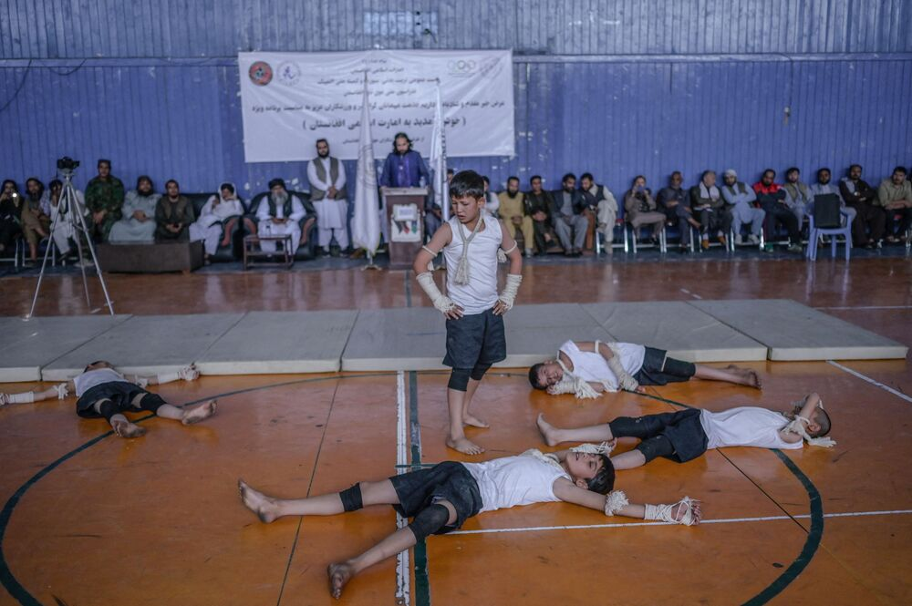 مدير التربية البدنية والرياضة بحركة طالبان بشير أحمد رستمزاي يزور صالة رياضية في كابول، أفغانستان 14 سبتمبر 2021