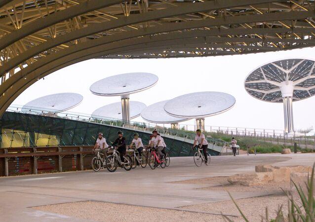 رئيس الوزراء ونائب رئيس دولة الإمارات العربية المتحدة وحاكم دبي الشيخ محمد بن راشد آل مكتوم يتنقل على دراجته في معرض دبي إكسبو 2020