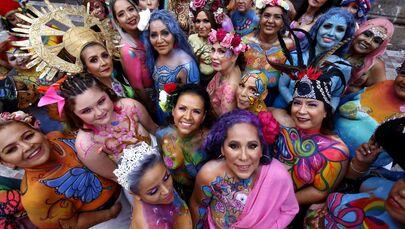 نساء ضحايا سرطان الثدي يلتقطن صورة جماعية خلال النسخة الخامسة من ضربة فرشاة مدى الحياة في غوادالاخارا، المكسيك، 9 سبتمبر 2021.