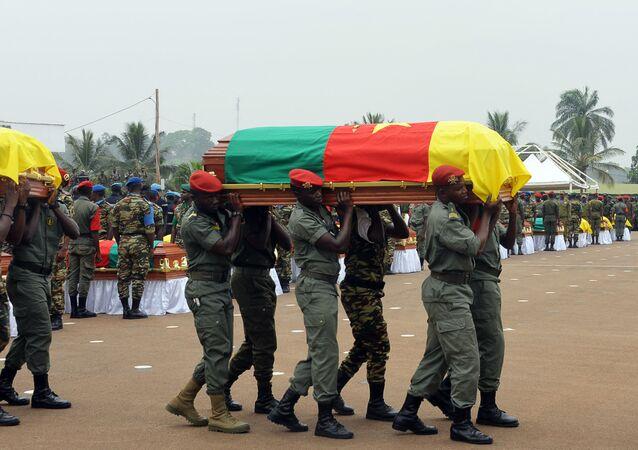 جنود كاميرونيون يحملون توابيت زملائهم