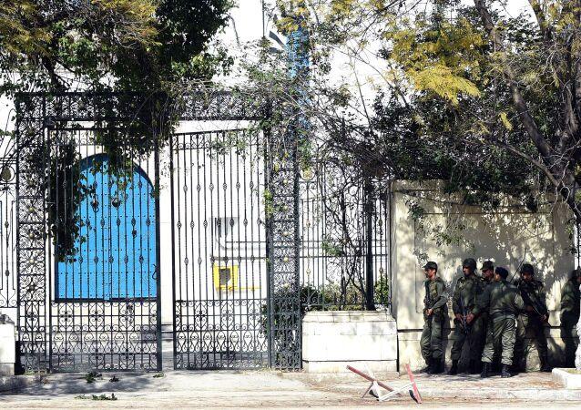 أفراد الشرطة التونسية أمام مدخل متحف باردو في تونس