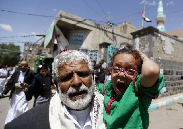 رجل مسن يهرب بطفلة من مكان الانفجار في اليمن اليوم الجمعة 20 مارس/ آذار 2015.