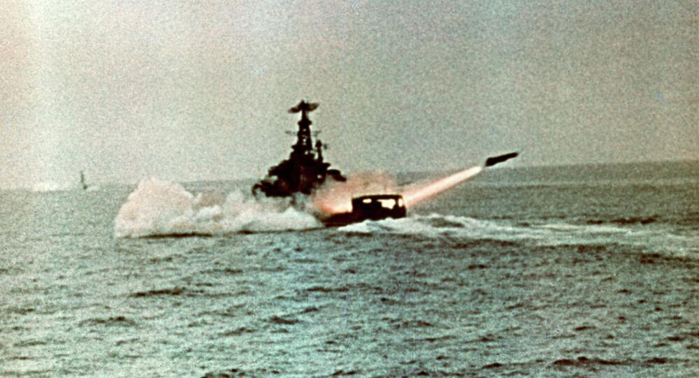سفينة حربية روسية تطلق صاروخا  في تدريب
