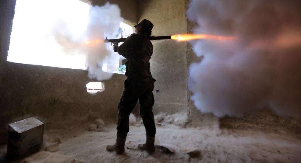 مجندة سورية تطلق النار  من قاذفة صواريخ  آر بي جي على المتمردين