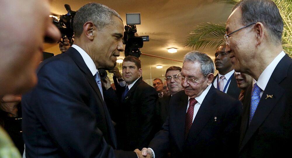 رئيسا الولايات المتحدة وكوبا يتصافحان في قمة بنما