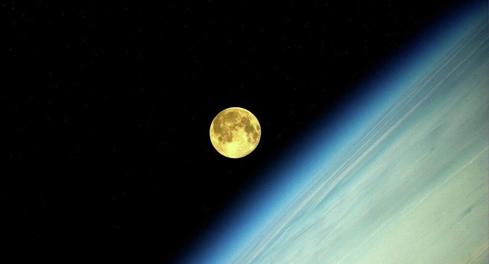 صورة للقمر التقطها رائد الفضاء الروسي أوليغ أرتيمييف
