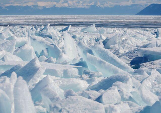 روابي الجليد على البحيرة