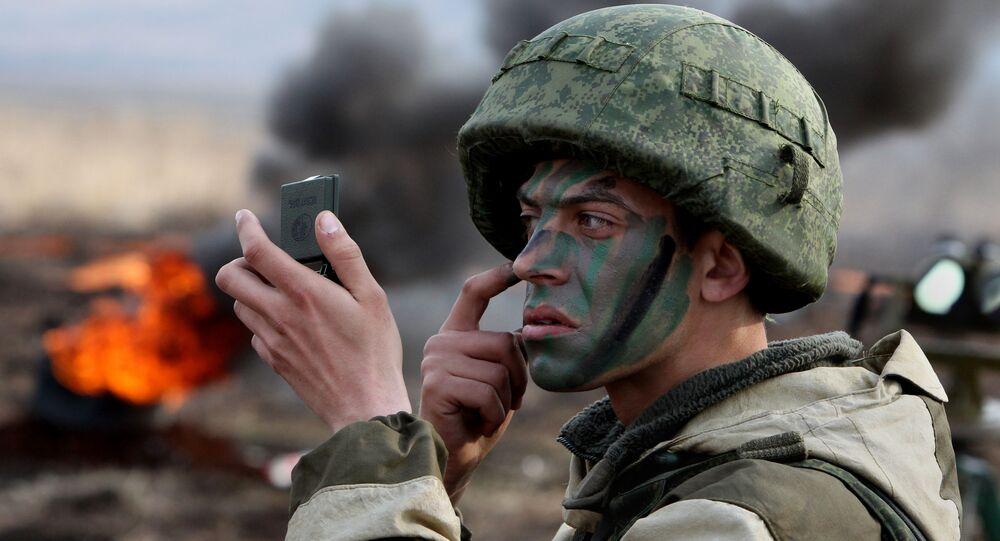 جندي من مشاة البحرية الروسية يموه وجه قبل بدء التدريبات العسكرية لمشاة البحرية في أسطول المحيط الهادئ في إقليم بريمورسك