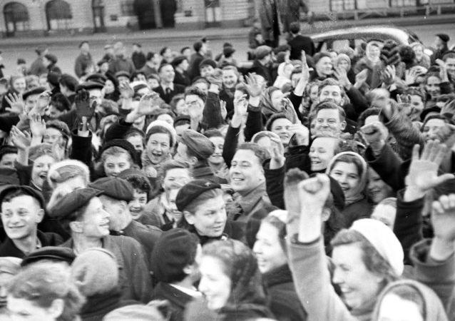 سكان موسكو في الساحة الحمراء في يوم عيد النصر 9 أيار/ مايو 1945