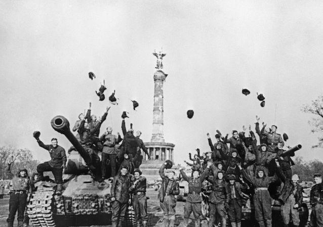 جنود الجيش السوفيتي يحتفلون بانتصارهم على النازية في بيرلين