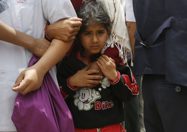 طفلة مع والدتها أمام المستشفى